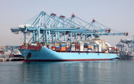 buque contenedor grande en el puerto
