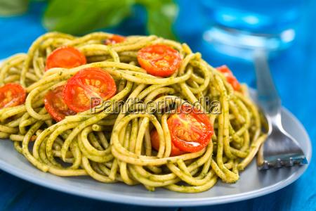 spaghetti with pesto and tomato