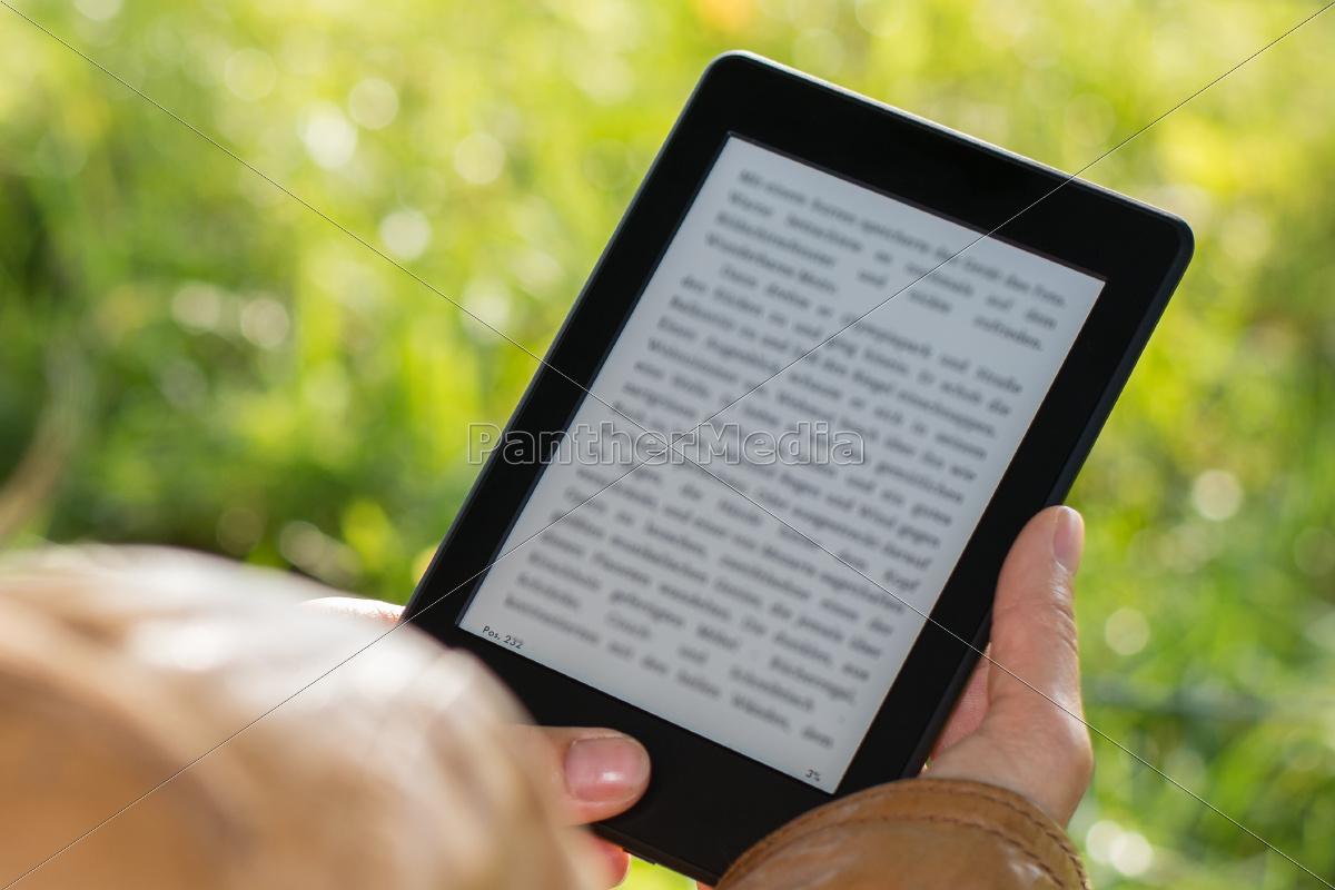 ebook, reader, outdoors, in, park - 10074324