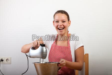junge frau beim kuchen backen