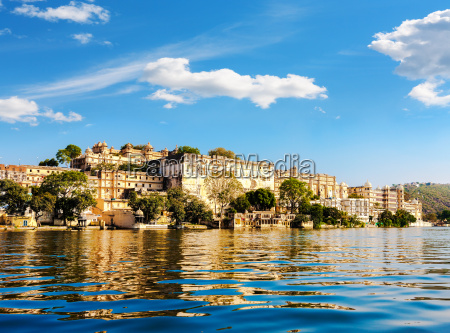 lake pichola and city palace in