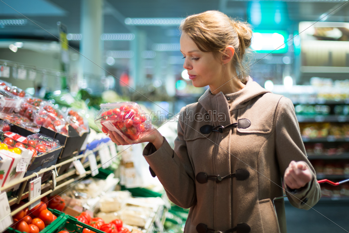 pretty, , young, woman, shopping, for, fruits - 10325407