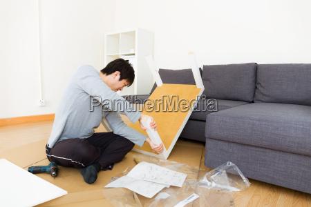 man, assembling, table - 10414913