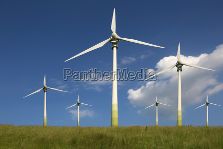 moinhos de vento em um prado