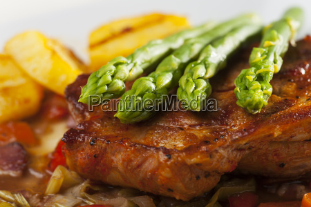 steak grilled with asparagus