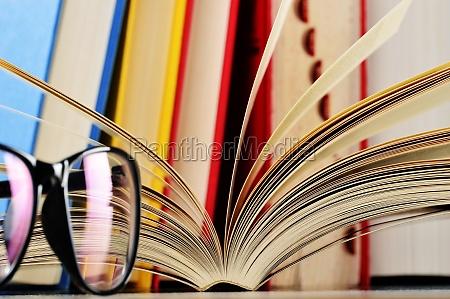 sklad z okularami i ksiazek na