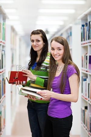 en la biblioteca bastante el