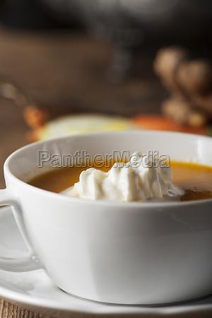 karottensuppe in einer weissen schuessel