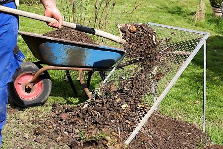 kompostsieb with compost
