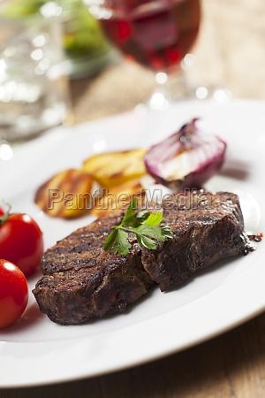 gegrilltes steak mit kartoffeln auf einem