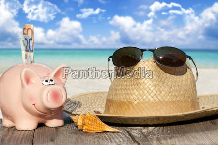 piggy straw hat and sunglasses on