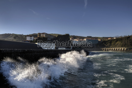 splashing wave in to the wall