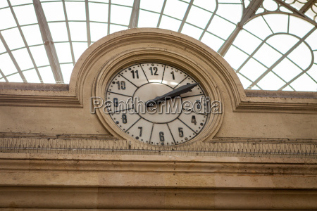 analogue station clock in sanstein in