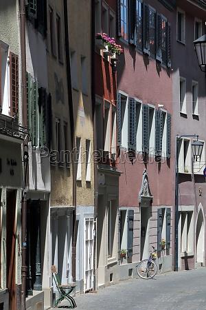 facade crowding in a small alley