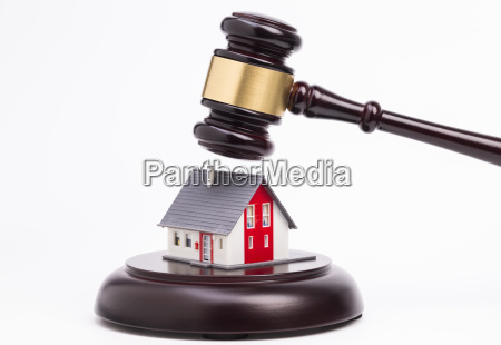 judges hammer with house