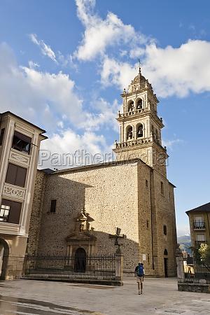 pilgrim arriving encina church in ponferrada