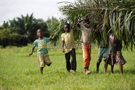 african kids help with carring palm