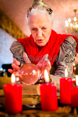 hellseherin during seance with tarot cards