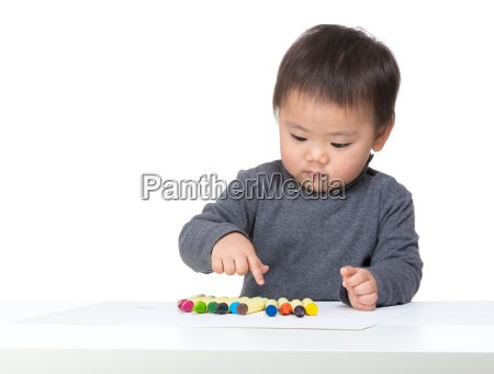 little boy choosing color