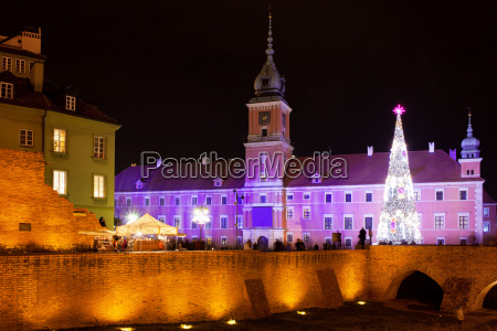 royal castle in warsaw at night