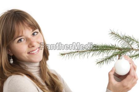 frau und eine christbaumkugel