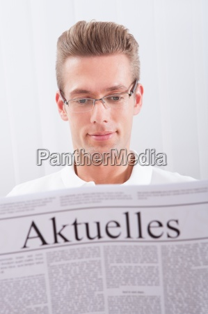 reading newspaper with the headline aktuelles