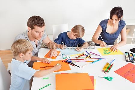 giovane famiglia disegno con matite colorate
