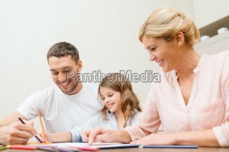 famiglia felice disegno a casa