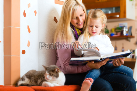 la madre lee la historia de