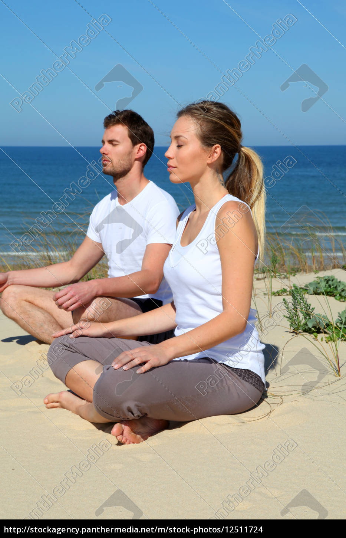 couple, doing, yoga, exercices, on, a - 12511724