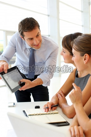 manager, presenting, business, plan, with, electronic - 12514916