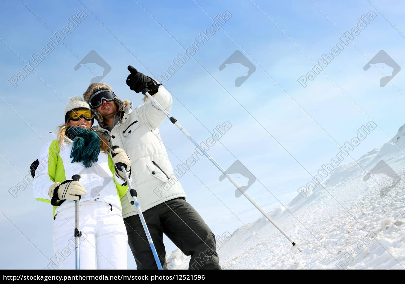coupl, eof, skiers, on, ski, run - 12521596