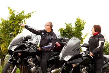due motociclisti chiacchierano della campagna
