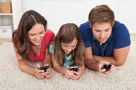 rodzina korzystanie z smartfonow w domu