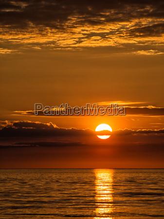 por do sol praia beira mar