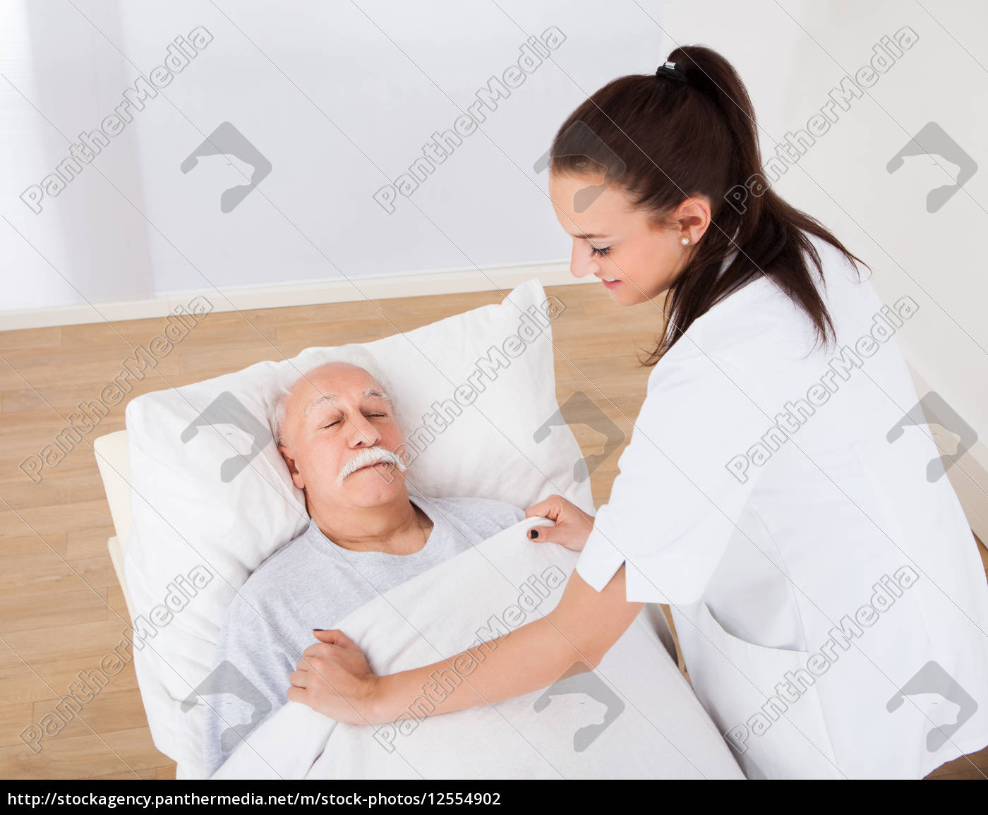 doctor, covering, senior, man, with, blanket - 12554902