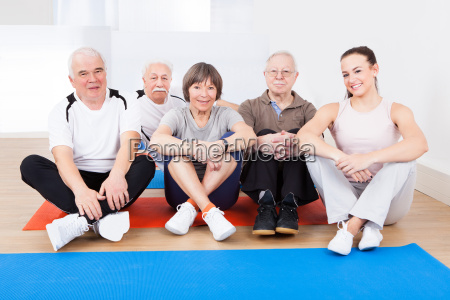female, trainer, with, senior, customers, at - 12554614
