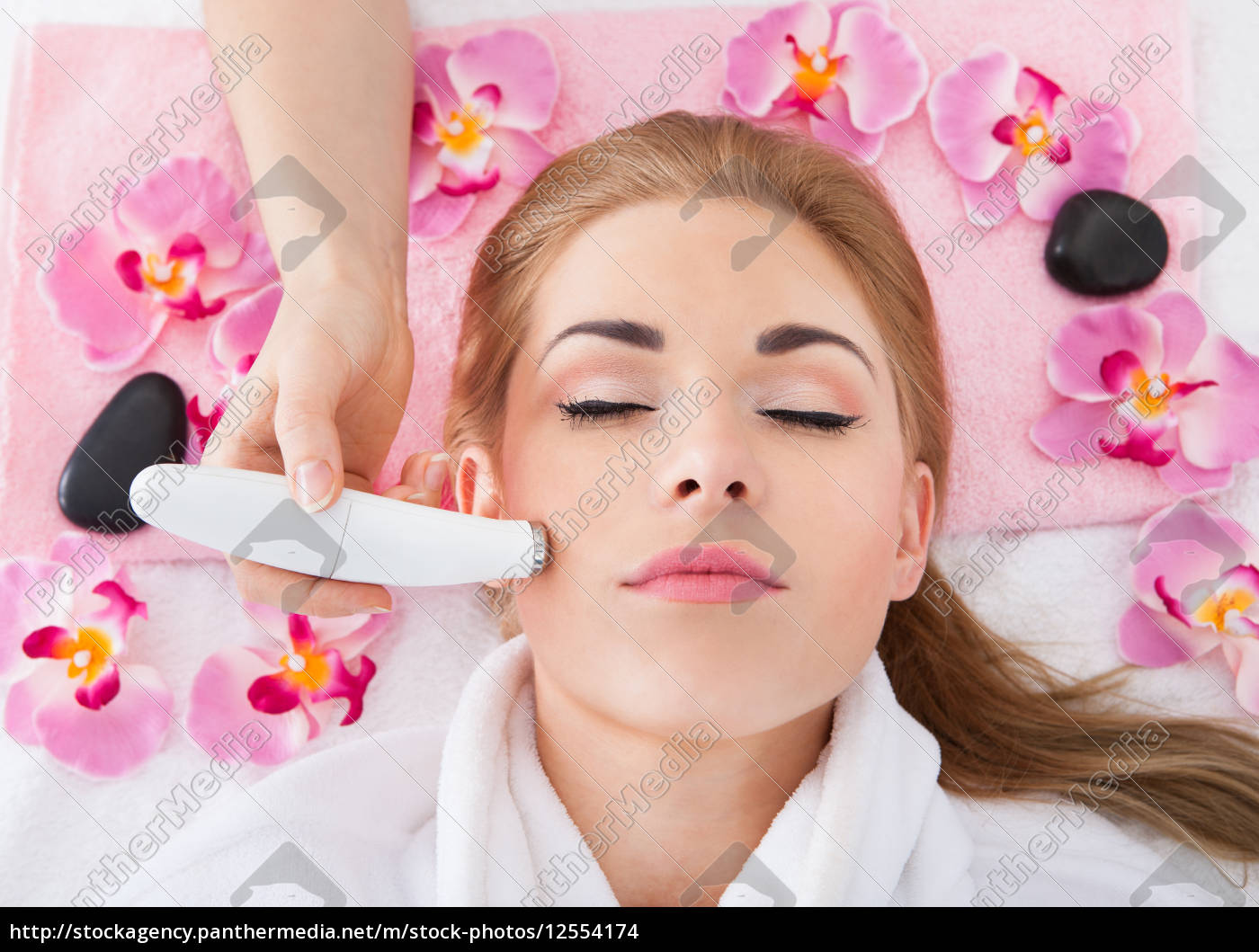 woman, getting, microdermabrasion, treatment - 12554174