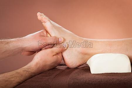 terapista che da massaggio del piede