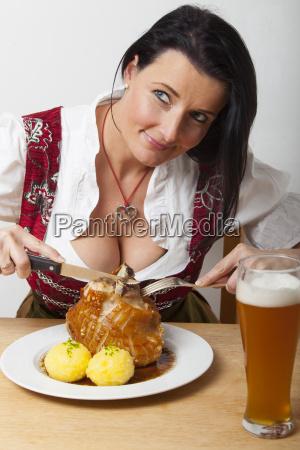 frau mit bayerischer schweinshaxe
