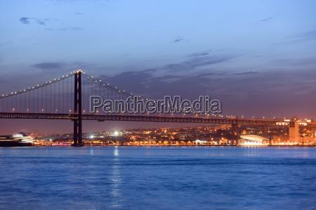25th of april bridge at night