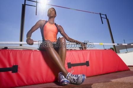 kvindelig pole vault atlet lav vinkel