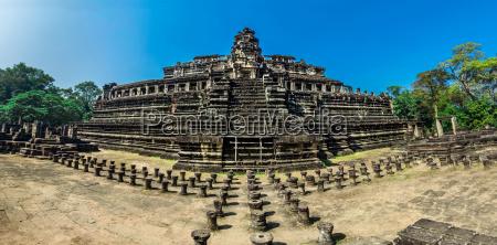 phimeanakas temple angkor thom