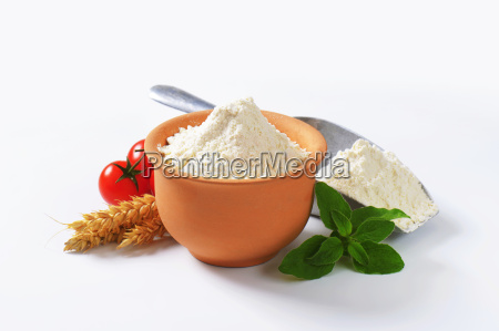wheat flour in terracotta dish and