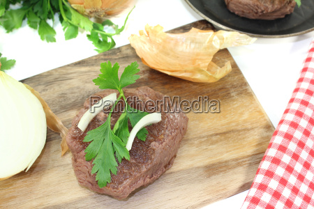 ostrich steaks with sharp onions