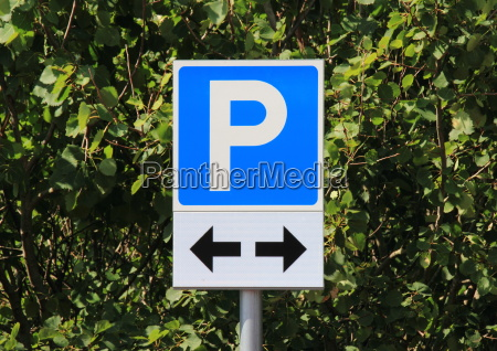 parking sign with two black direction
