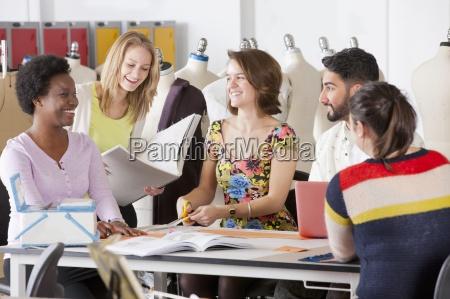 estudantes de design de moda que