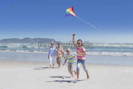 grosseltern enkelkinder spielen mit kite am