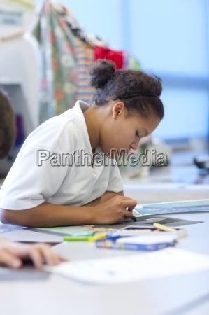illustrazione della ragazza in aula