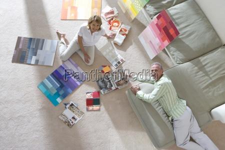 pareja mayor sentada en el piso